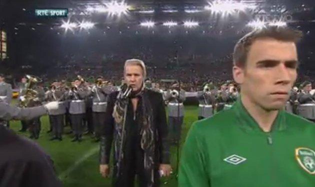 ג'וני לוגן שר את ההמנון האירי